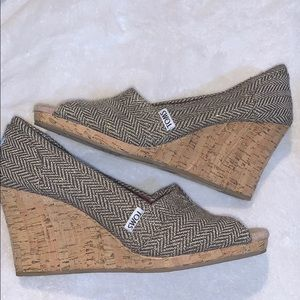 Lightly worn Toms wedges size 8 1/2 w